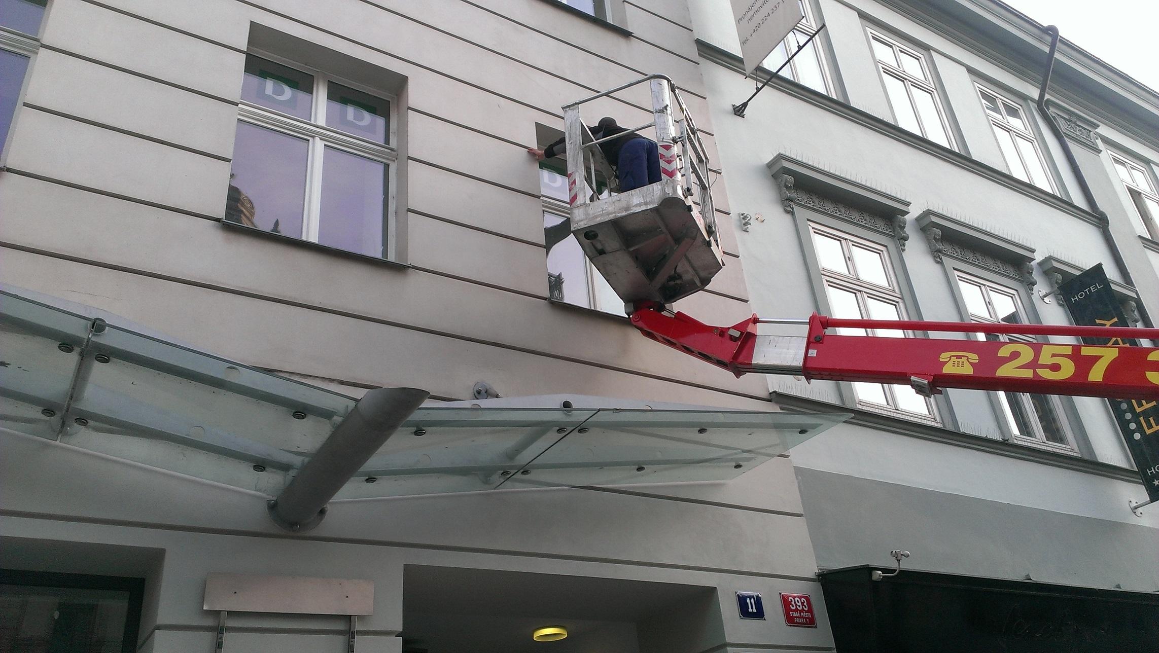 Umývanie okien aj na ťahšie dostupných miestach
